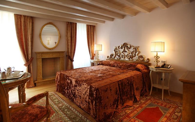 Camere Da Letto Romantiche Con Petali Di Rosa : Camere di lusso il sogno di giulietta hotel verona relais de charme